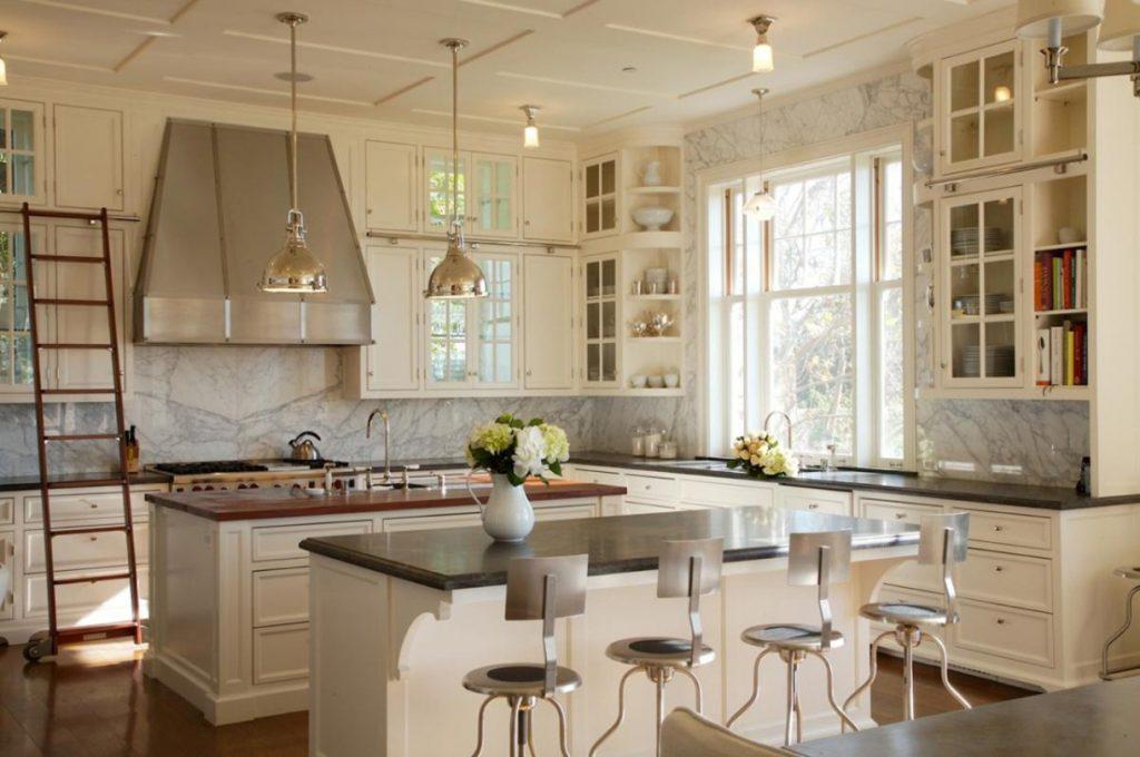Вінтажні кухні на замовлення з великою витяжкою