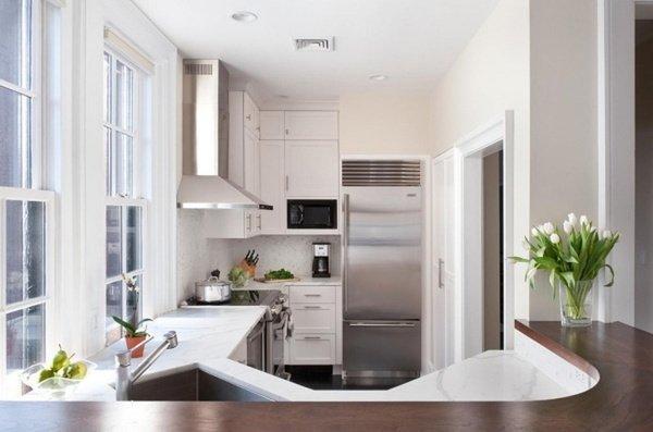 маленькі кухні з великим вікном
