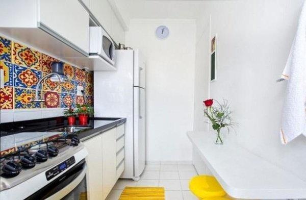 маленькі кухні з яскравою плиткою