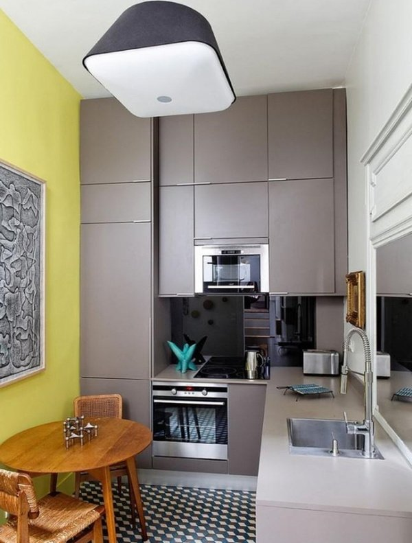 маленька сіра кухня до стелі