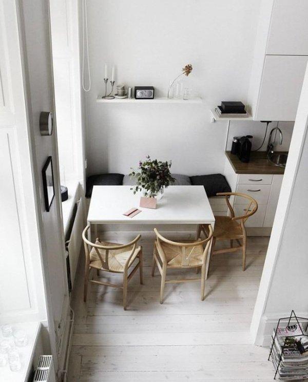 стіл на кухні з диваном