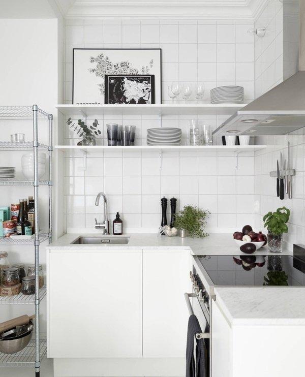 маленькі білі кухні з полками