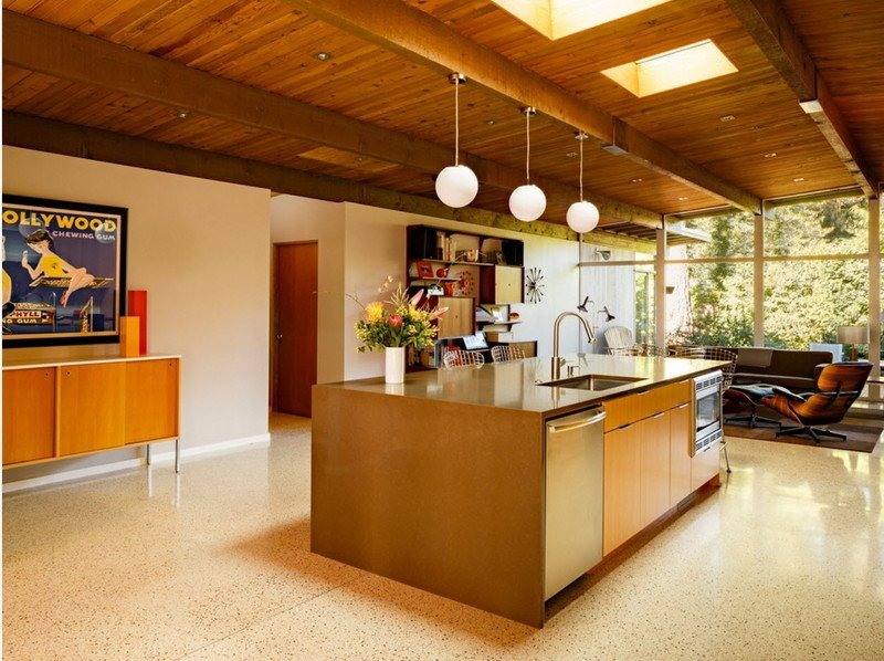 Кухня з дерев'яним дахом