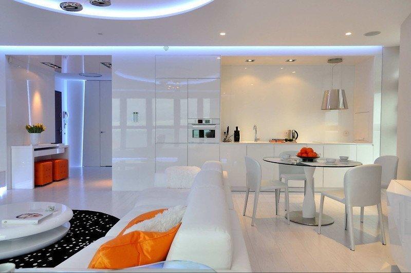 Сучасна біла простора кухня