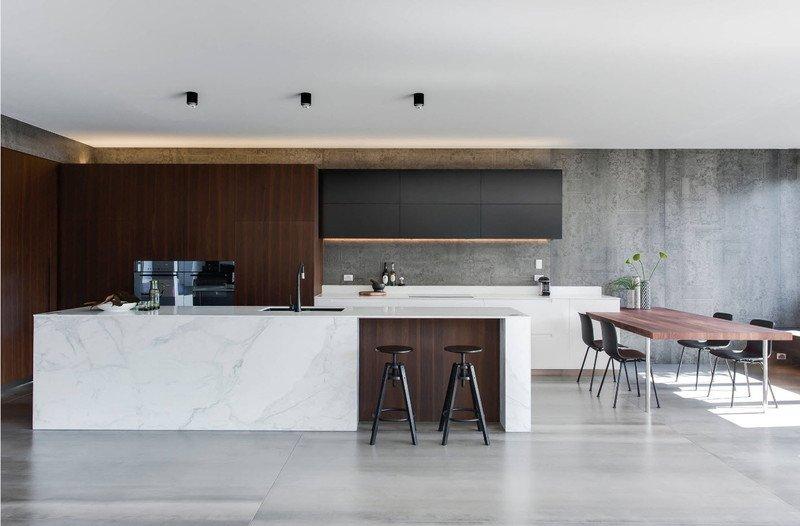 Кухня з сірими стінами