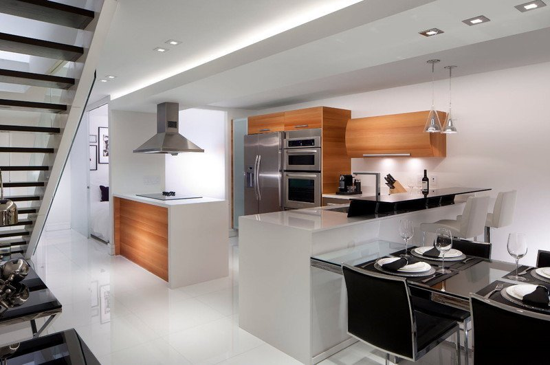 Кухня біла та дерево