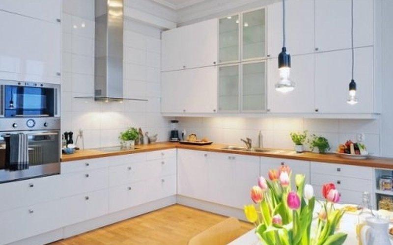 Біла кухня з древ'яними втсавками