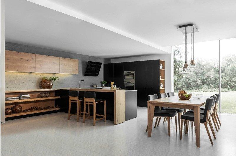 Кухня з білою підлогою